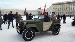 Автомобили времен Великой Отечественной проехали поцентру Петербурга