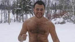 Видео: Певец Эмин едва неутонул, катаясь наснегоходе польду реки вПодмосковье
