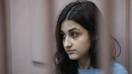 Бабушка сестер Хачатурян, обвиняемых вубийстве, просит суд выписать внучку изквартиры