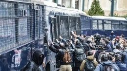 Видео: Тысячи учителей вГреции иСША вышли назабастовку