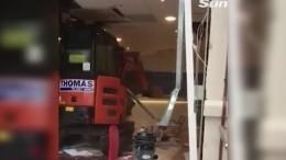 Жестокая месть: Обиженный нахозяина экскаваторщик разгромил отель вЛиверпуле