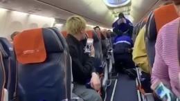 Видео задержания мужчины, захватившего рейс Сургут— Москва