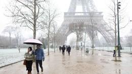 Эйфелеву башню закрыли из-за мощного снегопада— видео