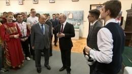 Студенты МГУ показали Путину шлем виртуальной реальности испели песню