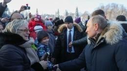 Видео: Путин отодвинул охранника, чтобы пообщаться спетербуржцами