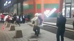 Видео: Горе-жених дважды уронил невесту вовремя кражи