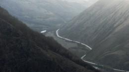 Автомобиль рухнул впропасть наюге Чечни, трое погибли