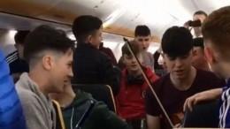 Ирландские студенты устроили музыкальное шоу наборту самолета— видео