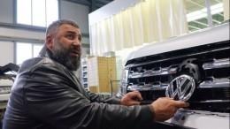 Видео: «Сильнейший человек России» оторвал зеркало умешавшей машины вСаратове