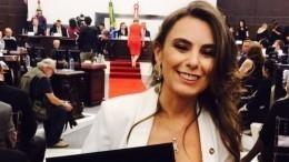 Грудью наамбразуру: Бразильский сенатор приняла присягу воткровенном наряде