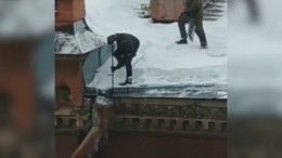 Видео: Как сосульки сбивают вместе струбами вСанкт-Петербурге