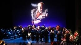 Видео: Втеатре Моссовета проходит церемония прощания сСергеем Юрским