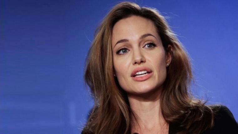 Звезда вшоке: Джоли ошарашена визитом Питта наюбилей кЭнистон