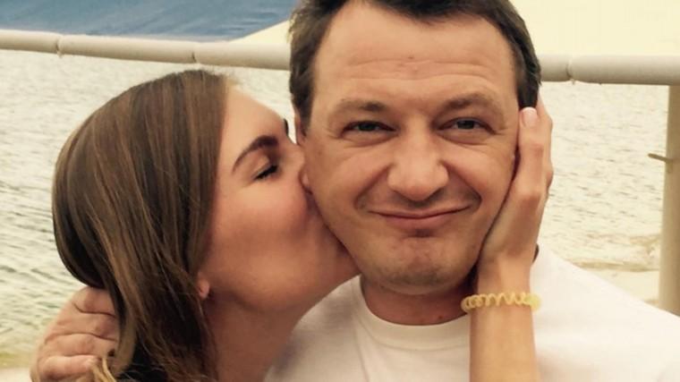 «Яверила вчеловека»: Избитая жена Марата Башарова подает наразвод