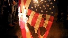 Видео: Протестующие наГаити сжигают флаг США изовут напомощь Россию