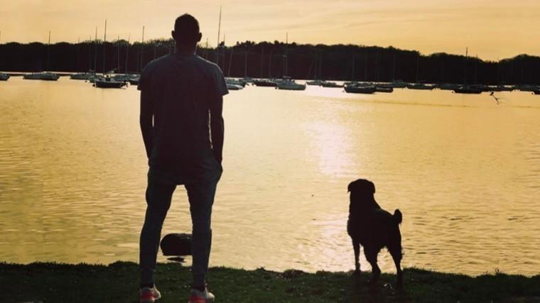 Собака погибшего футболиста Салы пришла напохороны хозяина