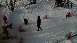 Шокирующие кадры: ребенок повис налестнице наигровой площадке детского сада