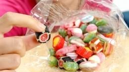 «Живая» еда: ВНовокузнецке продают конфеты сшокирующим «сюрпризом»— видео