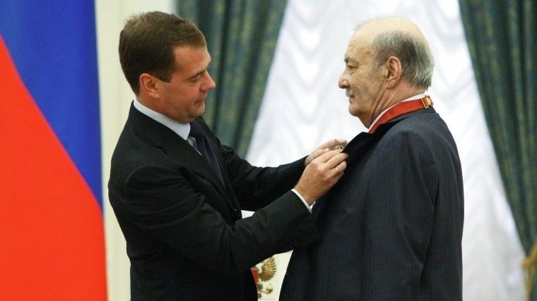 """Дмитрий Медведев наградил орденом """"За заслуги перед Отечеством"""" второй степени кинорежиссера Георгия Данелия в Екатерининском зале Кремля. 9 сентября 2010 года."""