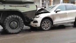ДТП года! Два БТРа собрали «паровозик» излегковушек вКурске— видео