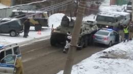 «Ой, танчик»— вЯрославле столкнулись БТР иавтомобиль ДПС