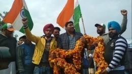 «Настоящий герой возвращается»— тысячи индийцев собрались встречать летчика