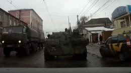 «Только недраться, они военные»: Момент ДТП сБТР вКурске попал навидео