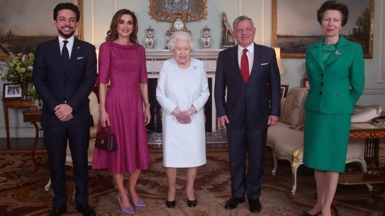 Видео: Королева Елизавета II вышла напублику согромным синяком
