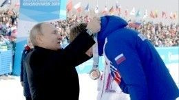 Путин наУниверсиаде вручил медали победителям лыжной гонки среди мужчин