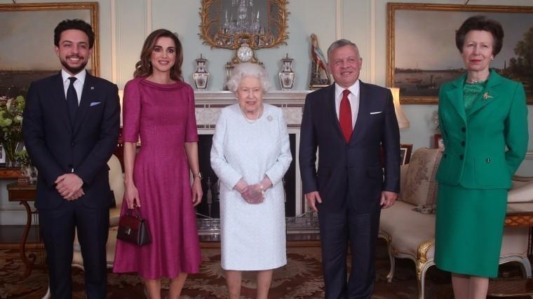 Названы причины, покоторым рука Елизаветы II стала «фиолетовой»