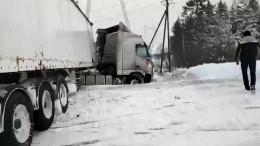 Автобус столкнулся сфурой вХМАО— видео сместа