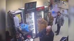 Видео: Хрупкая продавщица нокаутировала пьяного дебошира