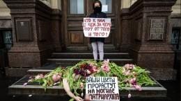 «Прорастут намогиле»: феминистки вПетербурге засыпали голого мужчину цветами уЗАГСа