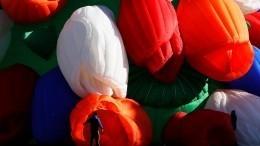 Видео: Активисты подарили москвичкам воздушные тюльпаны