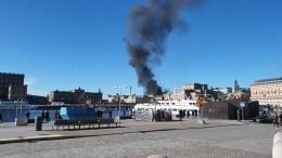 Автобус загорелся после взрыва вцентре Стокгольма— видео