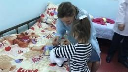 Спасенную отматери девочку-маугли хотят удочерить