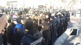«Позор»: Нацкорпус криками встретил Порошенко вЧернигове— видео