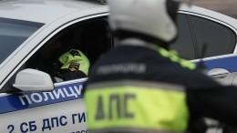 Видео: ВПетербурге Mersedes вылетел натротуар иврезался вдом