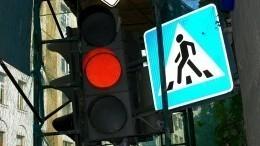 Жуткие кадры: Иномарка сбила пешехода вПетрозаводске, проехав накрасный свет