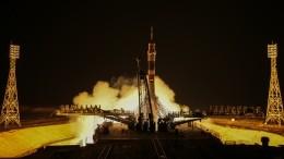 Видео: Экипаж корабля «Союз МС-12» перешел наМКС
