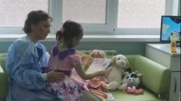 Видео: Детский омбудсмен навестила вбольнице девочку-маугли