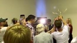 Видео: Подросток разбил яйцо оголову австралийского сенатора после слов омусульманах