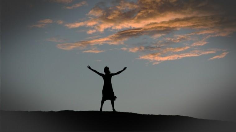 Видео: Жуткая женщина вчерном каждую ночь поет «Господи, помилуй» нагоре вСаратове