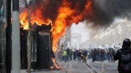 «Это— убийцы»: Глава МВД Франции о«желтых жилетах», поджегших банк вПариже