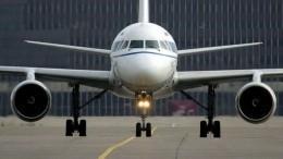 Рабочий автомобиль повредил самолет ваэропорту Красноярска