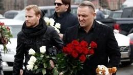 Братья Запашные принесли тигренка напохороны Началовой— видео