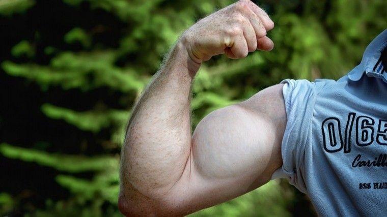 «Практичная третья рука»: Всети восхитились атлетом, несущим пакет ягодицами