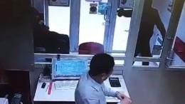 ВПетербурге средь бела дня подросток спистолетом ограбил офис микрозаймов
