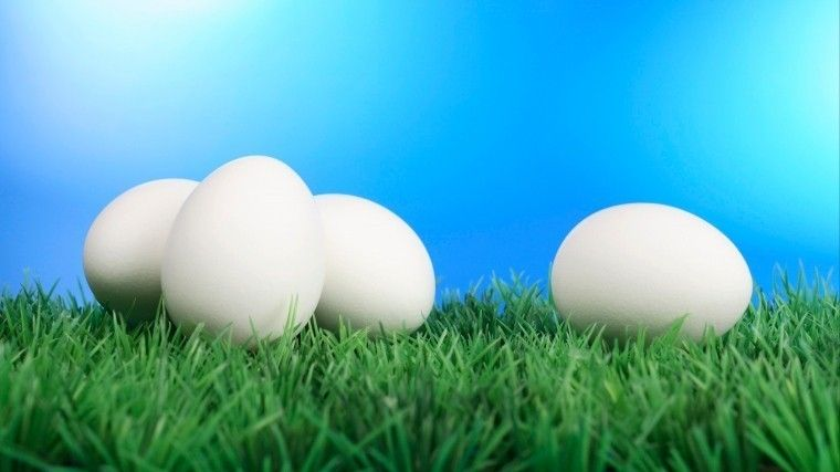 Видео: Как быстро почистить горячее яйцо— неожиданно простой лайфхак
