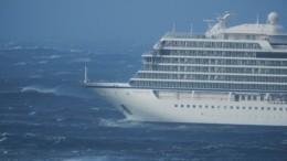 Пассажир терпящего бедствие лайнера выложил видео спалубы